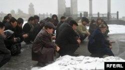 Соратники и родственники лидера оппозиции Алтынбека Сарсанбаева читают молитву на его могиле. Алматы, 11 февраля 2009 года.