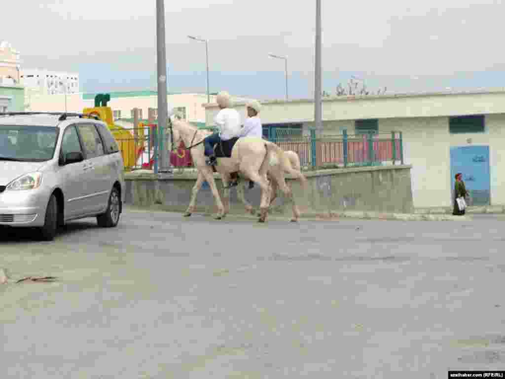 Наездники в национальных одеждах на одной из столичных улиц