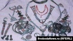 Некоторые предметы из клада, найденного в Брянской области