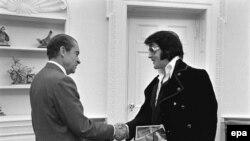 АКШ -- Президент Ричард Никсон ырчы Элвис Пресли менен учурашып жатат. Вашингтон, 1970.