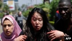 Раненую женщину выводят в безопасное место после операции спецназа против боевиков