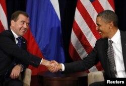 Барак Обама та Дмитро Медведєв (тоді президент Росії) під час саміту AТEC. Гонолулу, листопад 2011 року