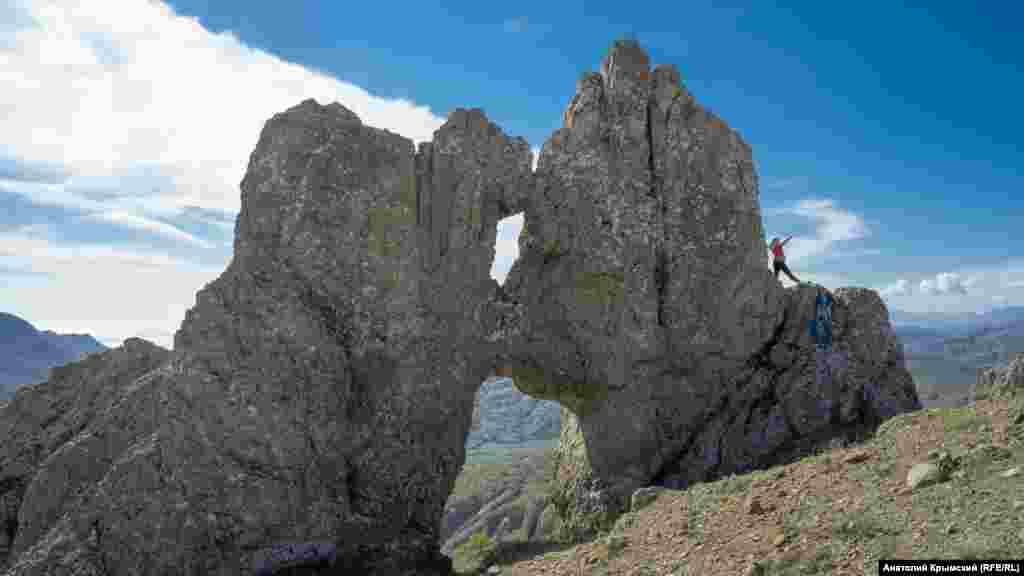 Эта арка посредине хребта получила название «Целующиеся медвежата» или Эки-Ага-Карда (с крымскотатарского – «старший и младший братья»). Существует легенда о двух окаменевших братьях, проклятых за взаимную вражду
