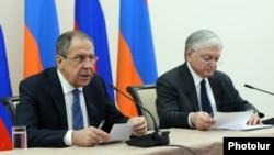 Министр иностранных дел России Сергей Лавров (слева) и министр иностранных дел Армении Эдвард Налбандян. Ереван, 22 апреля 2016 года.