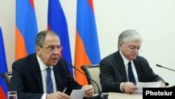 Ресей сыртқы істер министрі Сергей Лавров (сол жақта) Армения сыртқы істер министрі Эдвард Налбандянмен кездесуде. Ереван, 22 сәуір 2016 жыл.