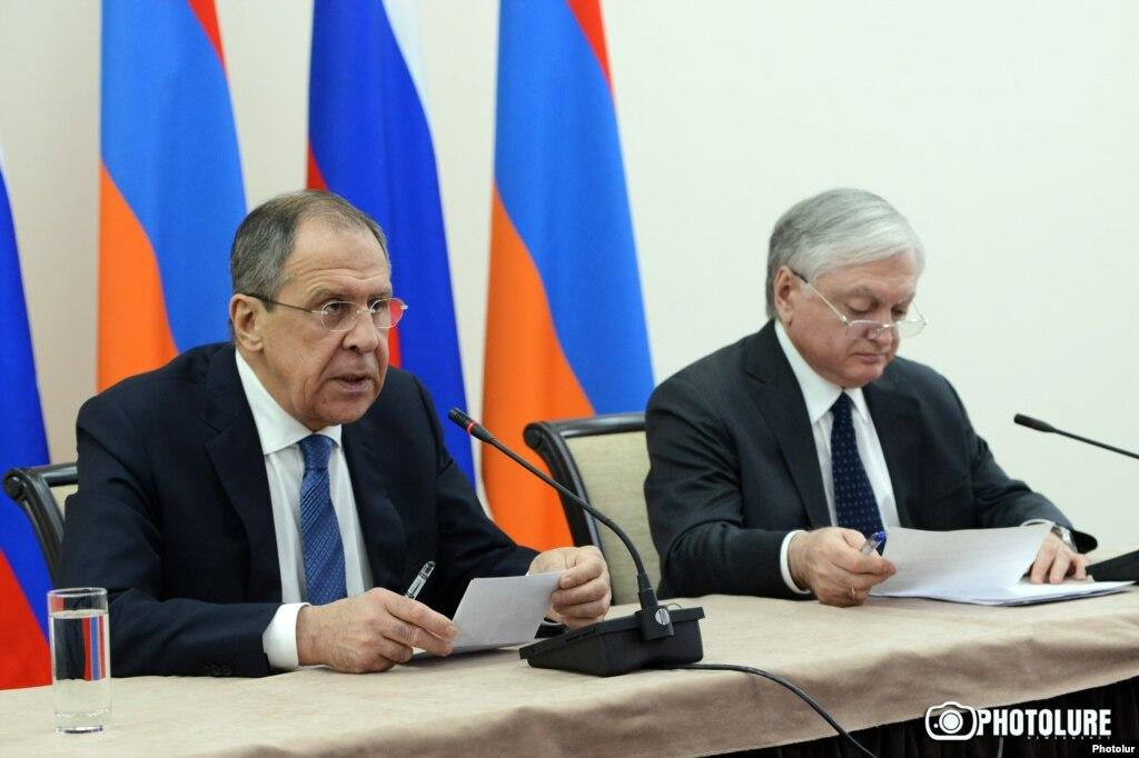Главы МИД России и Армении Сергей Лавров и Эдвард Налбандян на совместной пресс-конференции в Ереване