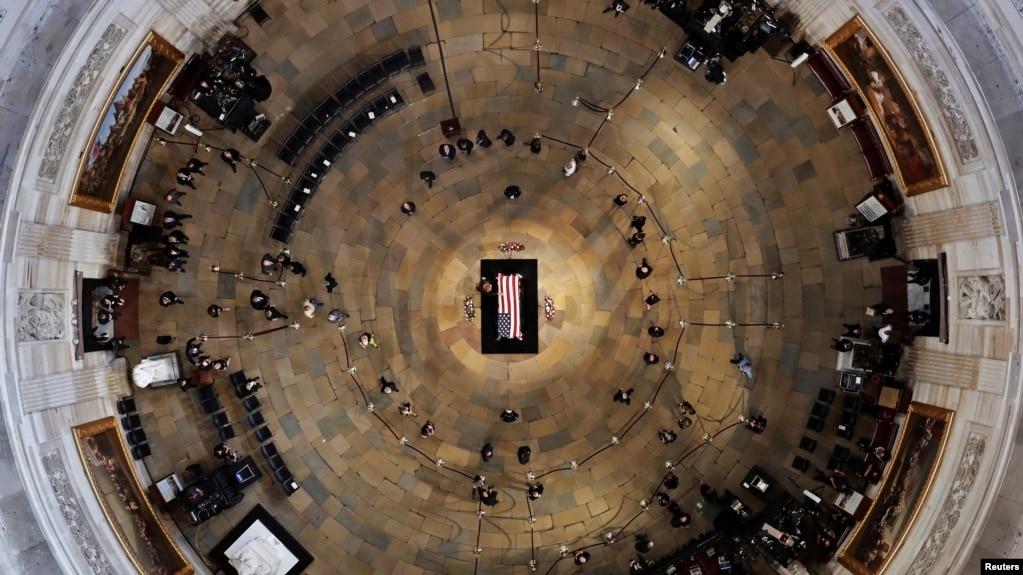 Церемонія поховання Джона Маккейна під куполом Ротонди вашингтонського Капітолію, 31 серпня 2018 року