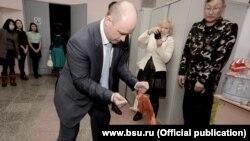 Николай Мошкин пробует силы в традиционной бурятской забаве