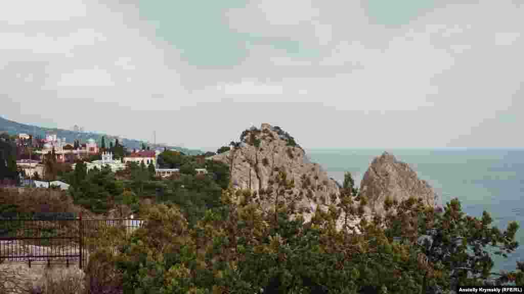 Qasabanıñ ğarp tarafından Simeiz manzarası