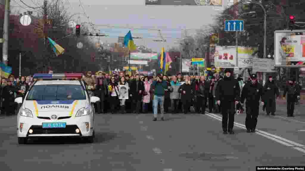 Під посольством Росії вже зібралося кілька сотень людей. Багато хто прийшов сюди ходою з майдану Незалежності