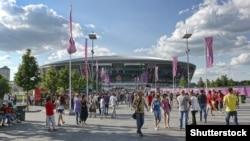 Футбольные фанаты возле стадиона «Донбасс-Арена» во время Евро-2012. Донецк, 27 июня 2012 года