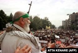 ذبیحالله بخشیزاده معروف به «حاجی بخشی» از چهرههای شاخص انصار حزبالله، در تجمع هواداران آیتالله خامنهای در ۲۳ تیر ۷۸
