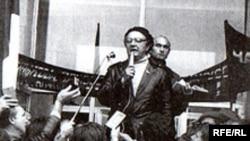 Алесь Адамовіч выступае на першым Чарнобыльскім Шляху, Менск, 26 красавіка 1989 г.