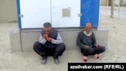 В Ашхабаде продолжается дефицит сигарет.