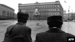 Soviet police stand guard outside the KGB building (Lubyanka) in Moscow in 1970.