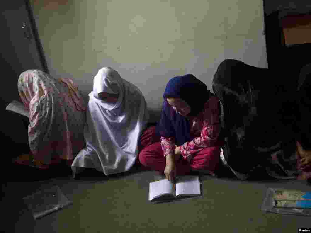 Afghanistan -- Inmates attend a literacy class during a media event at a women's prison in Kabul, 02Aug2010 - Inmates attend a literacy class during a media event at a women's prison in Kabul March August 2, 2010. REUTERS/Ahmad Masood (AFGHANISTANSOCIETY - Tags: EDUCATION CRIME LAW) green03 eradication of adult literacy