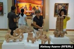 Алдыңғы қатардағы – Рысбек Ахметовтың қолынан шыққан мүсіндер. Нұрлан Смағұлов олардың бір бөлігін «Кристис» аукционынан сатып алған. Алматы, 27 тамыз 2015 жыл.