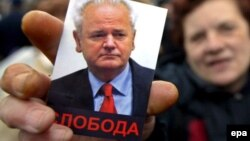 Fotografija sa demonstracije podrške bivšem predsjedniku Srbije Slobodanu Miloševiću ispred ambasade Velike Britanije u Beogradu, 9. februar 2006.