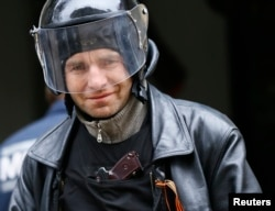 Озброєний чоловік із георгієвською стрічкою біля будівлі МВС у Слов'янську
