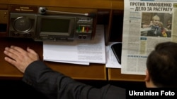 Ukraine -- Deputy read a newspaper with a photo of Yulia Tymoshenko in the hall of the Parliament, Kyiv, December 16, 2010