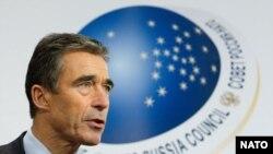 Генсек НАТО Андерс Фог Расмуссен и госсекретарь США Хиллари Клинтон представили сегодня и эмблему саммита НАТО в Чикаго, который состоится в мае 2012 года