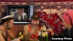 """Кадр из видеоклипа профессора Лебединского """"Это ватники"""""""
