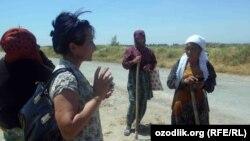 Журналист из Ташкента Малохат Эшонкулова разговаривает с учителями, работающими на хлопковых полях в Джизакской области, 22 мая 2017 года.