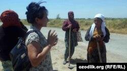 Ташкентская журналистка Малохат Эшонкулова (вторая слева) во время своей недавней поездки по регионам Узбекистана.
