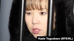 Владимир Козловтың әйелі Әлия Тұрысбекова ҰҚК түрмесінің қасында. Алматы, 26 қаңтар 2012 жыл.