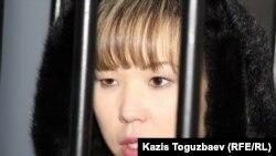 Алия Турусбекова казак Коопсуздук комитетинин түрмөсүнүн жанында. 26-январь, 2012-жыл.