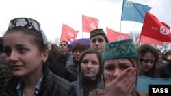 Местные жители на акции в поддержку канала ATR, закрываемого властями аннексированного Крыма. Симферополь, 31 марта 2015 года.