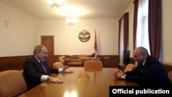 Премьер-министр Армении Никол Пашинян (слева) и президент Нагорного Карабаха Бако Саакян, Степанакерт, 1 декабря 2019 г.