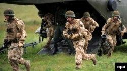 Англійські військовослужбовці під час тренувань. Ілюстраційне фото