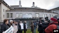 Ljudi protestuju ispred Haškog tribunala tražeći pravdu povodom suđenja Karadžiću, 1. mart 2010.