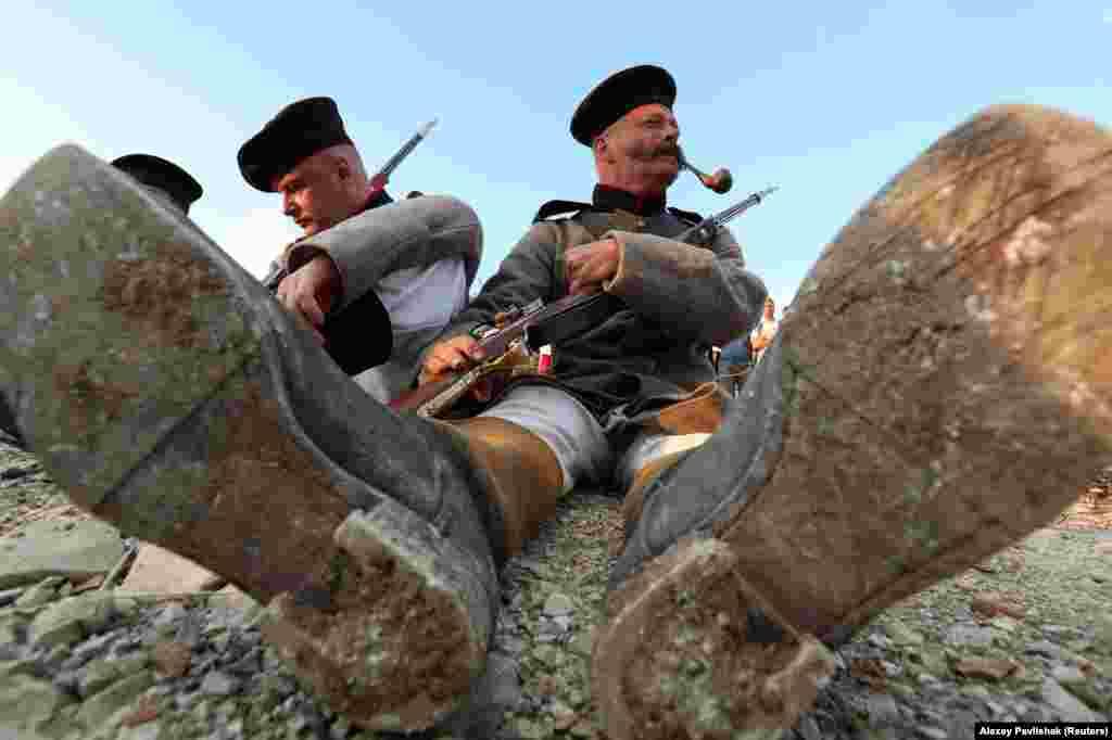 Актеры в форме русских военных. В «парке» собираются также провести реконструкцию сражений советских войск с нацистами в Крыму, а также вторжения советских войск в Афганистан.