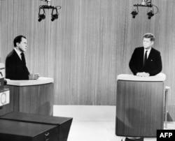 Ричард Никсон (слева) и сенатор Джон Кеннеди во время первых телевизионных дебатов 26 сентября 1960 г.