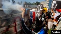 Таксимде полиция менен кагылышта айрым демонстранттар фейерверк менен атып жатышты, 11-июнь, 2013