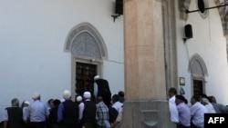 Muslimanski vernici ispred džamije u Prištini - ilustracija