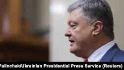 Порошенко: В Україні все ще діє мережа російської агентури, яка бере під контроль медіа і продукує НГО