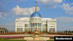 """Вид на президентский дворец """"Акорда"""" в Астане."""