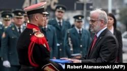 Претседателот на Собранието го презема знамето на НАТО.