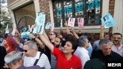 تجمع سینماگران ایرانی مقابل خانه سینما در روز پنجشنبه.
