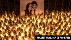 Свічки біля портрета вбитих у Словаччині журналіста Яна Куцяка та його подруги Мартіни Кушнірової