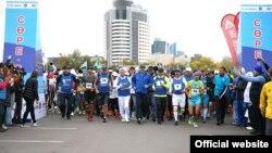 Қазақстан премьері Кәрім Мәсімов (ортада) «Эйр Астана» қайырымдылық марафоны кезінде. Астана, 13 қыркүйек 2015 жыл. (Ресми сайттағы сурет.)