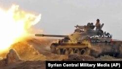 Сирійський урядовий танк стріляє в бік бойовиків біля кордону з Іраком, відеокадр 8 листопада, поширений урядовим центральним військовим агентством Сирії