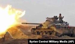 Танк армии Башара Асада ведет огонь по позициям джихадистов под городом Абу-Кемаль. 8 ноября