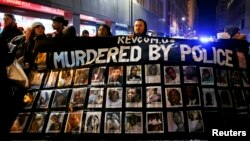 Демонстрация жителей Чикаго после убийства полицейским 17-летнего подростка, ноябрь 2014