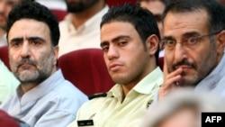 عبدالله رمضانزاده، سخنگوی دولت خاتمی(راست) و مصطفی تاجزاده ، معاون وزارت کشور دولت محمد خاتمی در دادگاه «کودتای مخملی»
