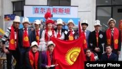 Кытайда билим алган кыргыз жаштарынын бир тобу. 10-апрель, 2010-жыл.