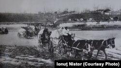 Refugiați trecând râul Putna lângă Focșani (Sursa: Iaşi - capitală de război. Album, coord. Ionuţ Nistor, Iaşi, Editura UAIC, 2018)